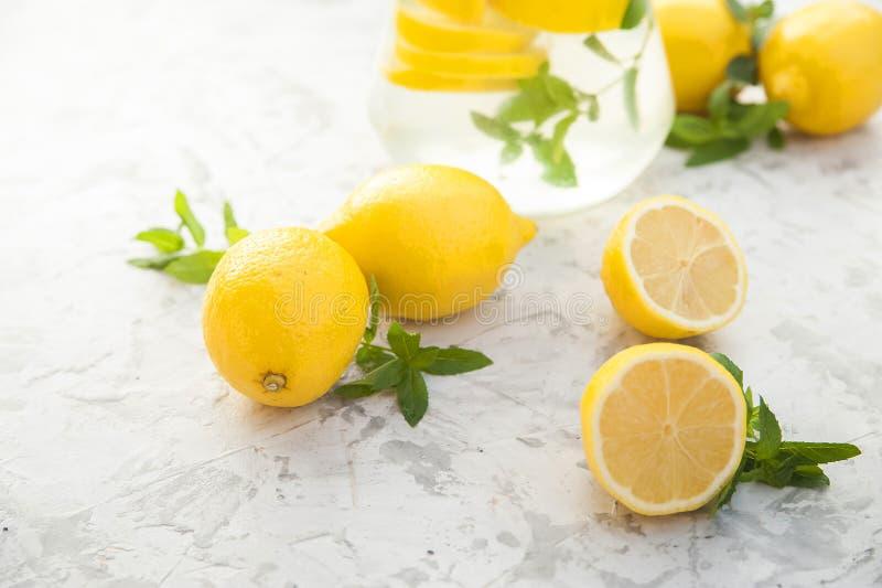 Limonada de restauraci?n hecha en casa en primer de la jarra y espacio de la copia Limonada de los limones, menta, hielo fotografía de archivo libre de regalías