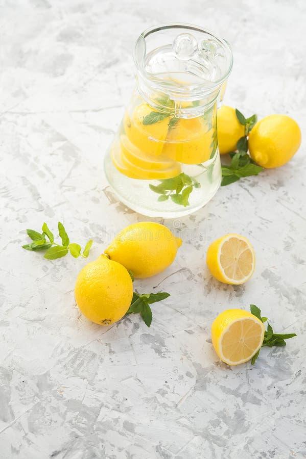 Limonada de restauraci?n hecha en casa en primer de la jarra y espacio de la copia Limonada de los limones, menta, hielo fotografía de archivo