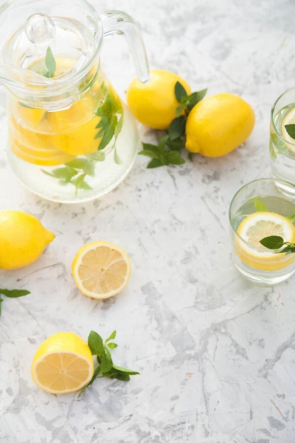 Limonada de restauraci?n hecha en casa en primer de la jarra y espacio de la copia Limonada de los limones, menta, hielo foto de archivo libre de regalías