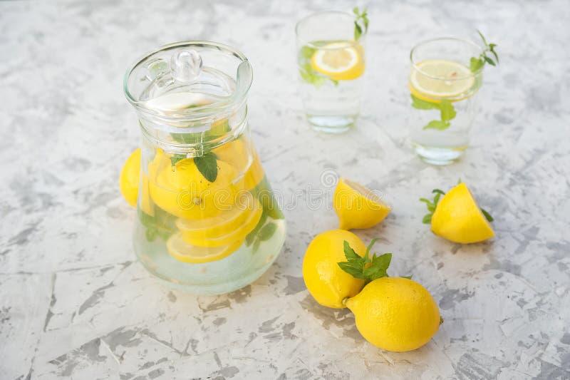 Limonada de restauraci?n hecha en casa en primer de la jarra y espacio de la copia Limonada de los limones, menta, hielo imagen de archivo libre de regalías