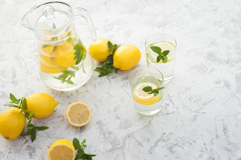 Limonada de restauraci?n hecha en casa en primer de la jarra y espacio de la copia Limonada de los limones, menta, hielo imágenes de archivo libres de regalías