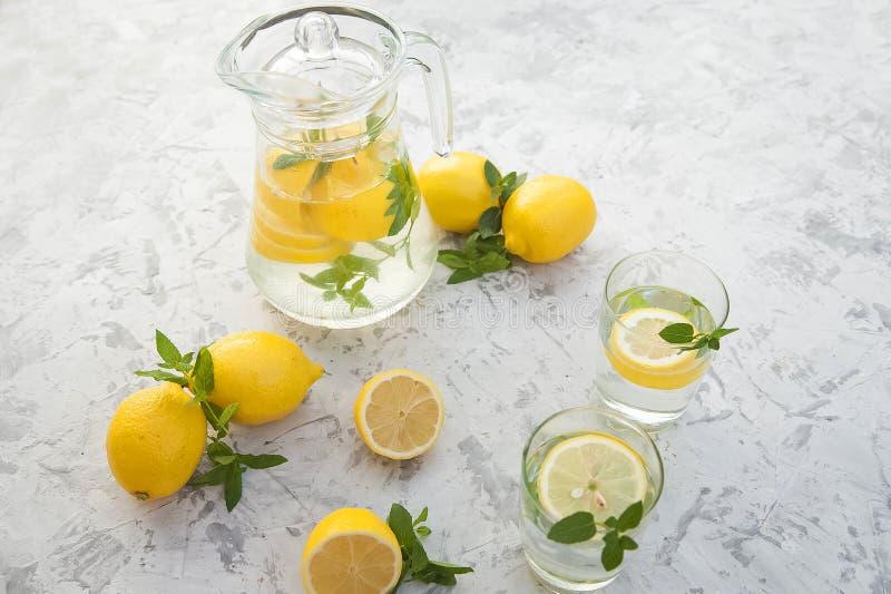 Limonada de restauraci?n hecha en casa en primer de la jarra y espacio de la copia Limonada de los limones, menta, hielo fotos de archivo