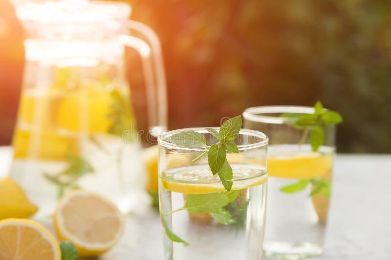 Limonada de restauraci?n hecha en casa en primer de la jarra y espacio de la copia Limonada de los limones, menta, hielo imagenes de archivo