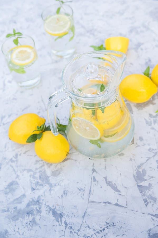 Limonada de restauraci?n hecha en casa en primer de la jarra y espacio de la copia Limonada de los limones, menta, hielo foto de archivo