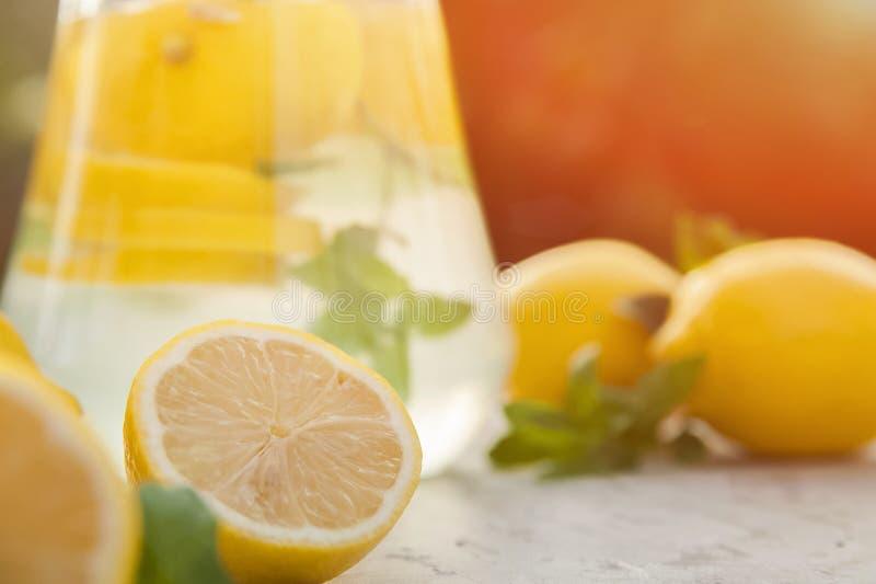Limonada de restauraci?n hecha en casa en primer de la jarra y espacio de la copia Limonada de los limones, menta, hielo fotos de archivo libres de regalías