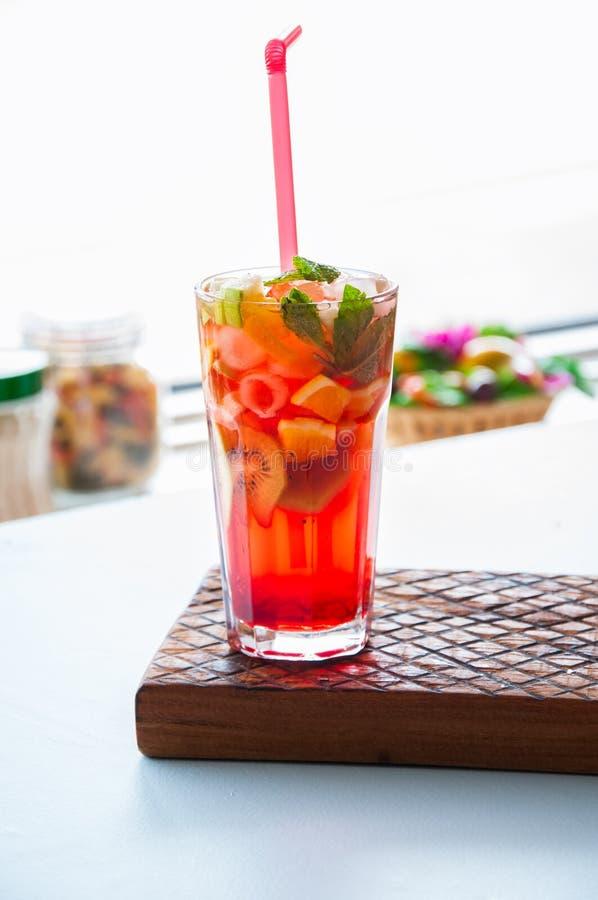 Limonada do fruto fresco com hortelã em um vidro foto de stock