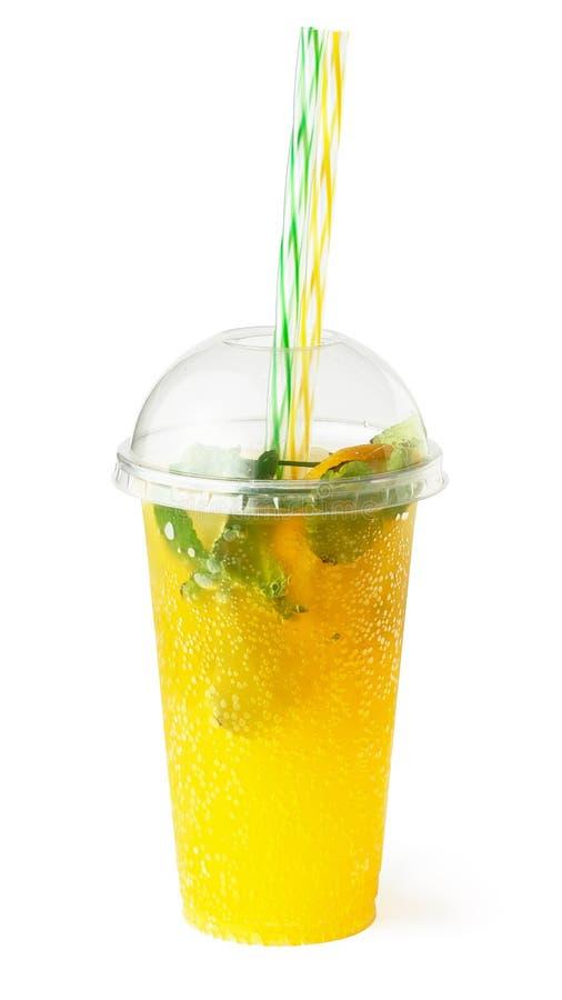 Limonada en el vidrio plástico, jugo de fruta de enfriamiento imagen de archivo libre de regalías