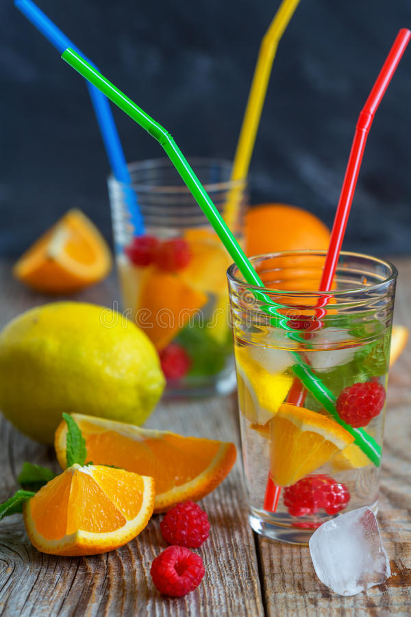 Limonada fresca com citrino, framboesa e hortelã imagens de stock