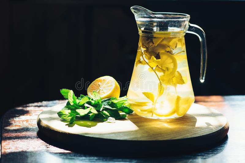 Limonada fresca en tarro con el limón y la menta amarillos en fondo de madera de la cocina Detox del agua imagen de archivo libre de regalías