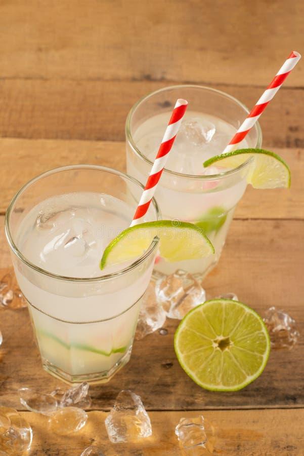 Limonada fria, cal, bebida refrigerando, humor do ver?o, cocktail com gelo imagens de stock