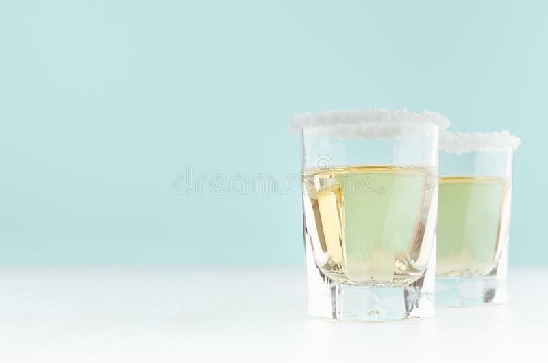 Limonada hecha en casa con la fruta cítrica verde jugosa - jugo de limón, borde del azúcar en el borde del vidrio en interior del imágenes de archivo libres de regalías