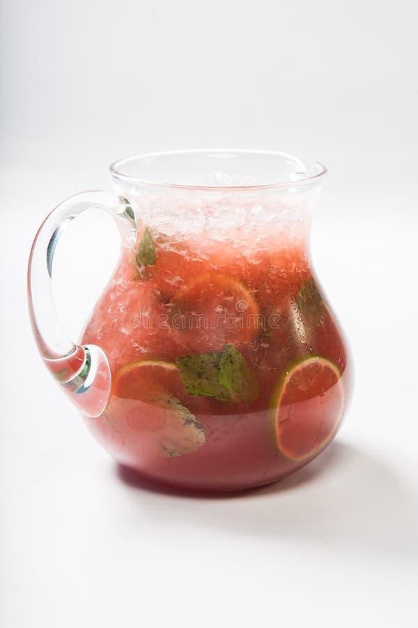 Limonada hecha en casa de la fresa en un jarro de cristal foto de archivo libre de regalías