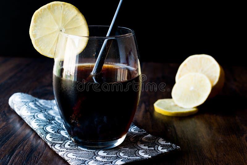 Limonada negra con carbón de leña y el limón fotografía de archivo libre de regalías