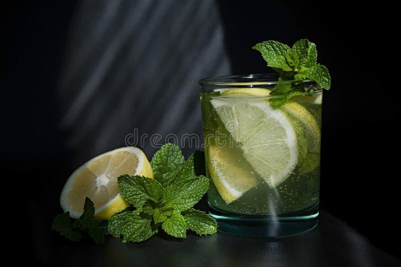 Limonada ou cocktail do mojito com lim?o e hortel?, bebida de refrescamento fria ou bebida com gelo fotos de stock royalty free