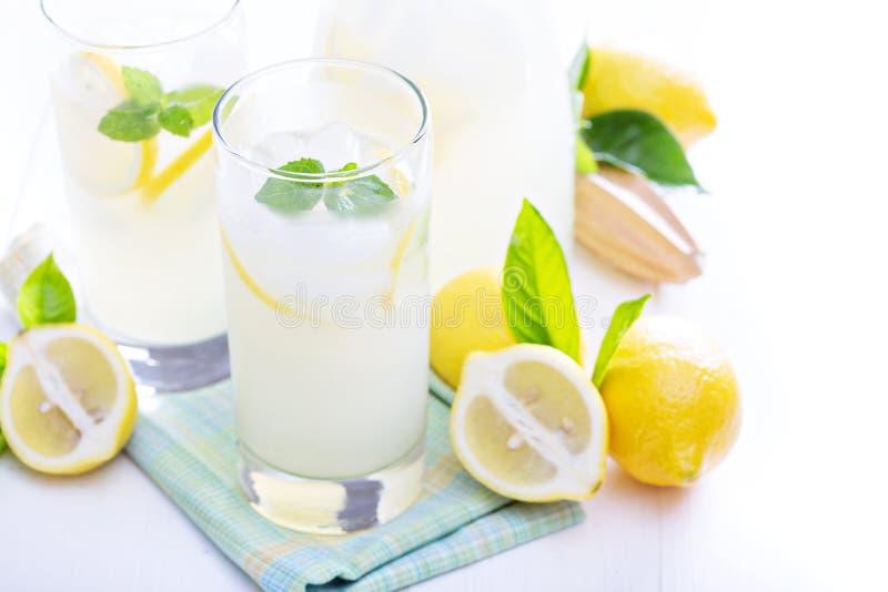 Limonada recién hecha en vidrios altos foto de archivo libre de regalías