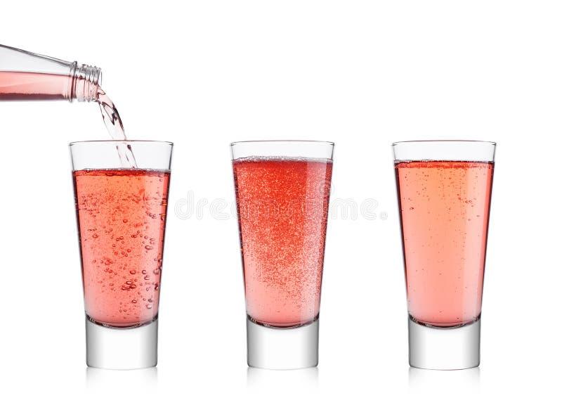 Limonada rosada de colada de la soda de la botella al vidrio imagenes de archivo