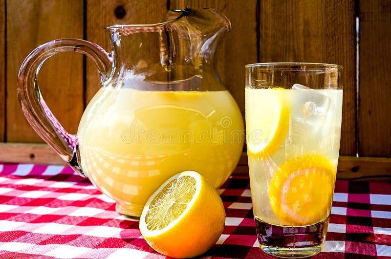 Limonada y jarra imagen de archivo libre de regalías