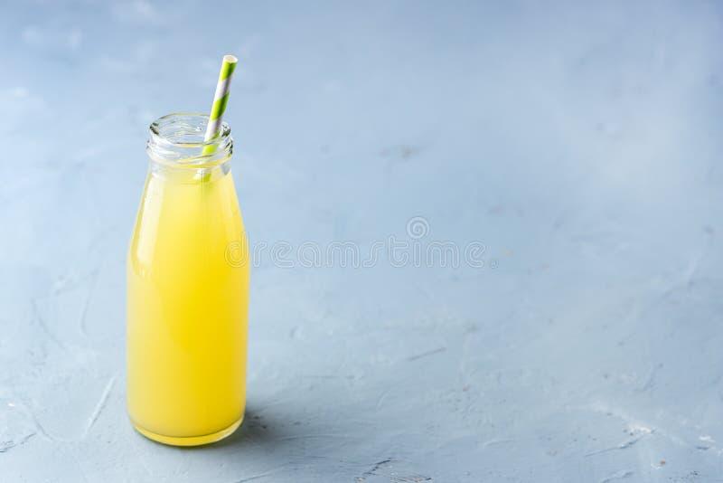 Limonade auf einem blauer Hintergrund-Sommer-traditionellen italienischen selbst gemachten Getränk-Getränk des gelben Farbbildes  lizenzfreies stockfoto