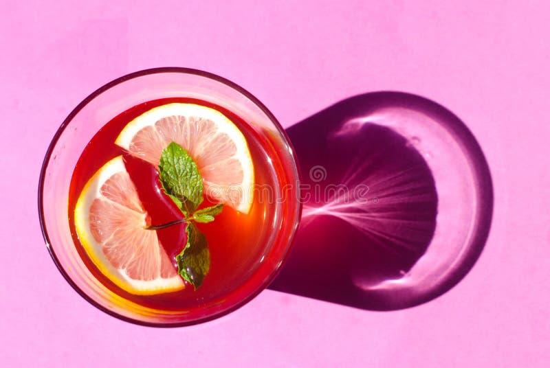 Limonade auf rosa Hintergrund lizenzfreies stockfoto
