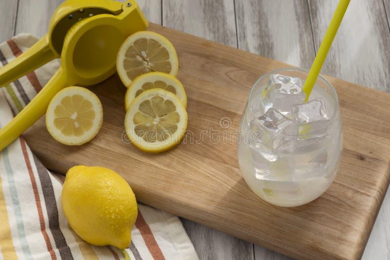 Limonade avec des citrons sur un conseil en bois photo stock