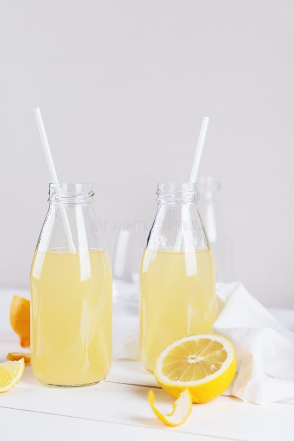 Limonade d'été en verre avec le citron image stock