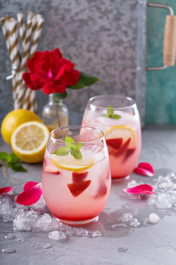 Limonade de fraise avec de l'eau rose photos stock