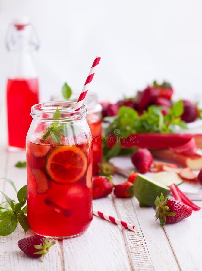 Limonade de fraise, de chaux et de rhubarbe images libres de droits