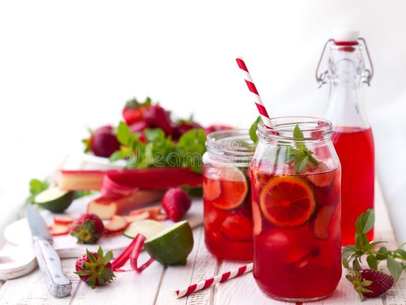Limonade de fraise, de chaux et de rhubarbe photographie stock