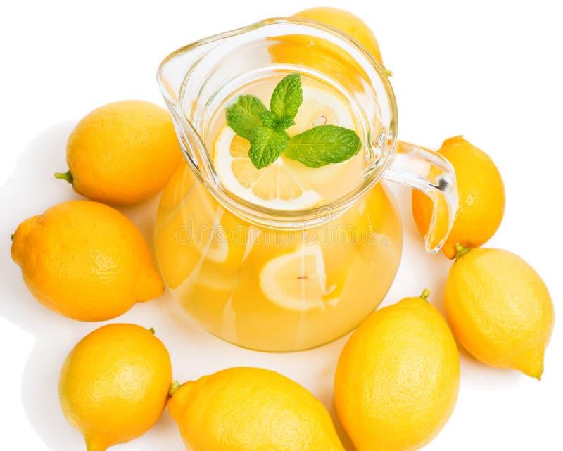 Limonade in de kruik en citroenen met munt royalty-vrije stock foto