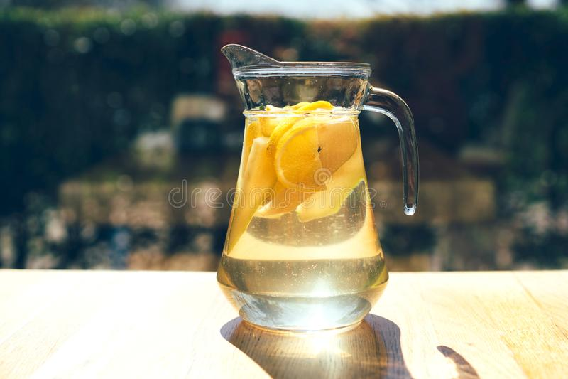 Limonade in een glaskaraf royalty-vrije stock fotografie