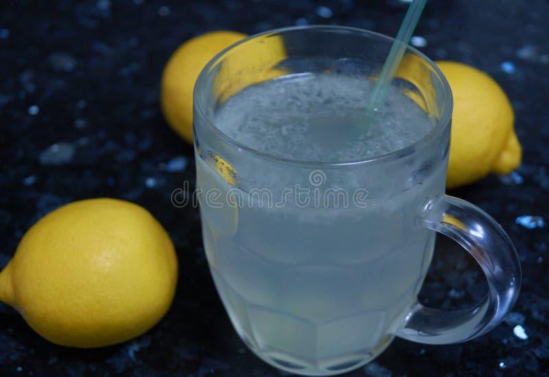 Limonade für den Sommer sehr natürlich lizenzfreie stockfotos