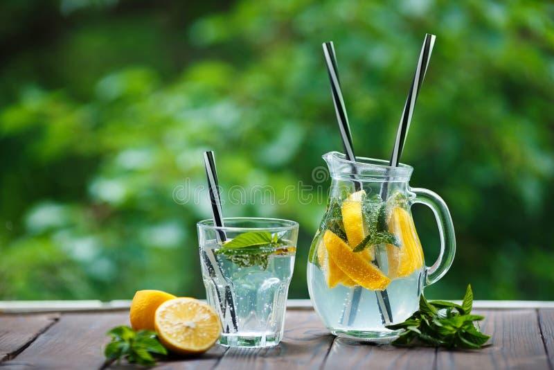 Limonade faite maison régénératrice savoureuse faite de citrons et menthe frais photographie stock libre de droits