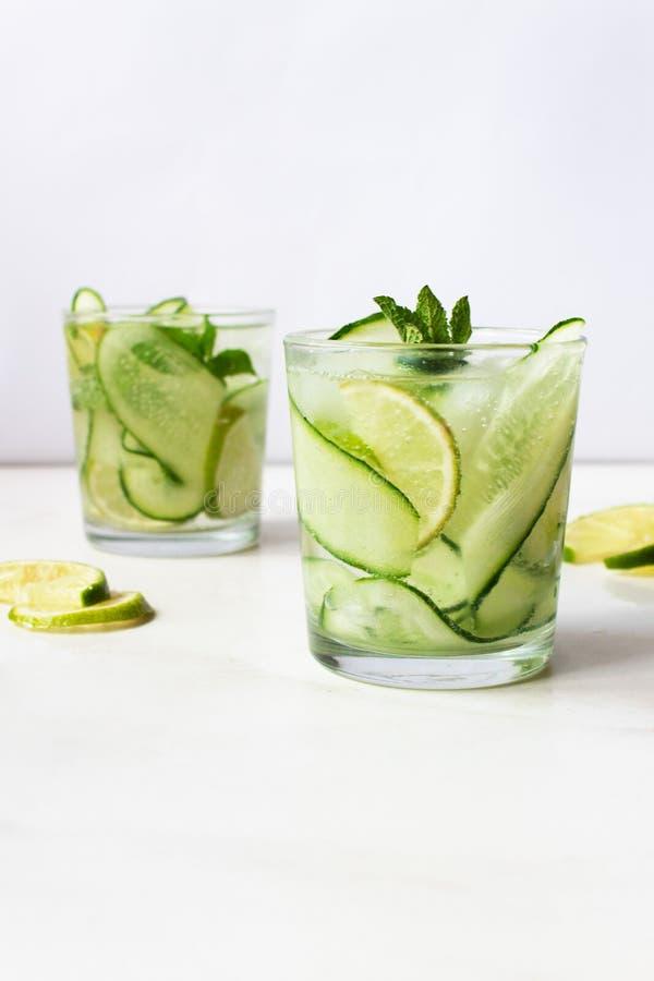 Limonade fraîche froide d'été avec le concombre, la chaux et la menthe image stock