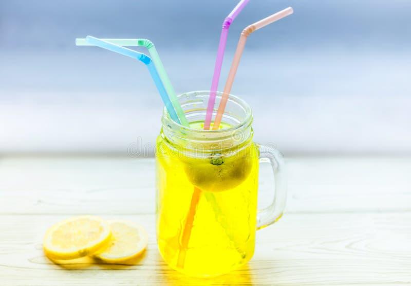Limonade in kruik stock foto