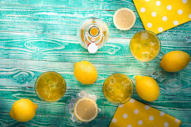 Limonade of limoncello in glazen royalty-vrije stock afbeeldingen