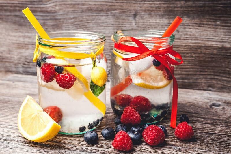 Limonade met de zomerbessen royalty-vrije stock afbeeldingen
