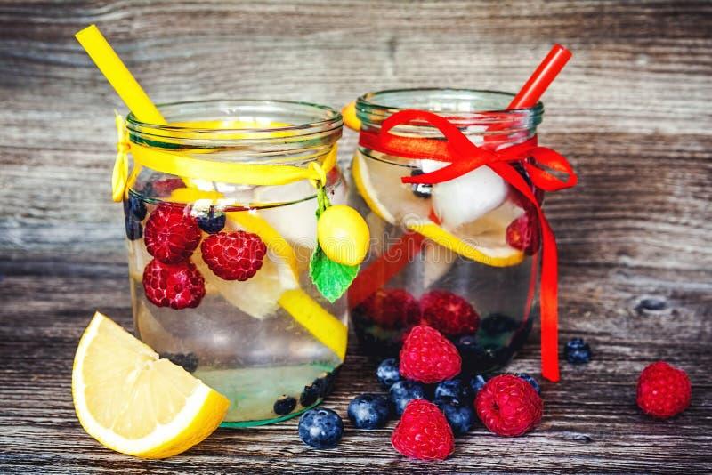 Limonade met de zomerbessen royalty-vrije stock foto
