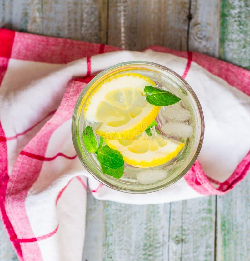 Limonade met ijs, citroenplakken en verse munt, hoogste mening royalty-vrije stock foto