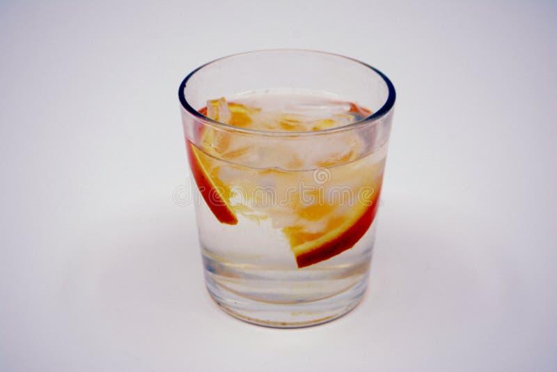 Limonade met sinaasappel in glas stock foto