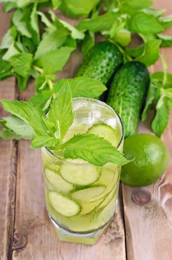 Limonade met verse komkommer, kalk en munt in glas stock afbeelding
