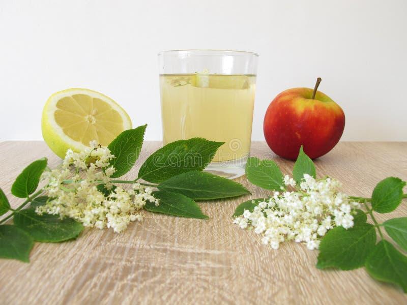 Limonade mit älteren Blumen, Apfelsaft und Zitrone lizenzfreie stockbilder