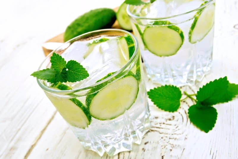 Limonade mit Gurke und Minze auf weißem Brett stockbild
