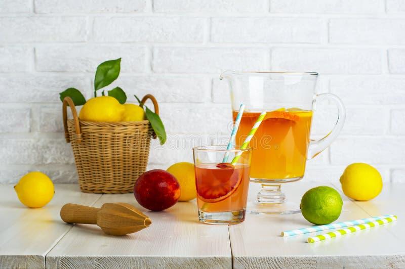 Limonade mit Zitronen und Orangen lizenzfreie stockbilder
