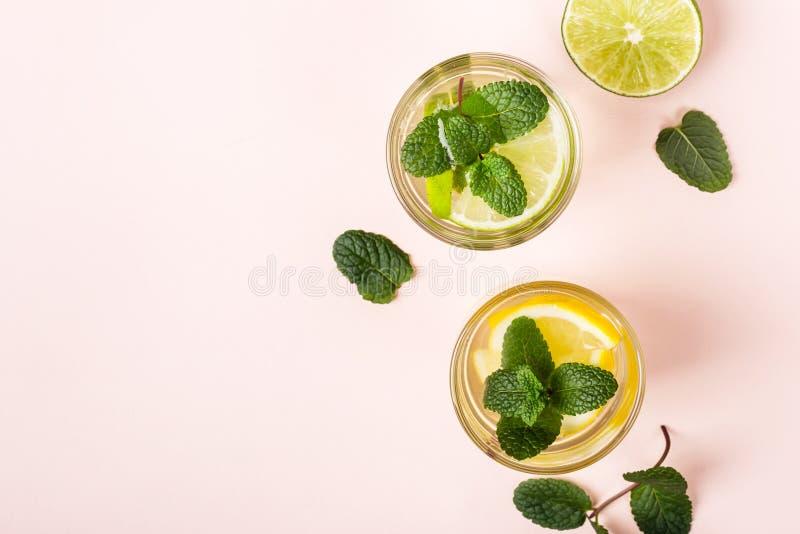 Limonade oder nicht alkoholisches Cocktail mit Minze auf rosa Hintergrund lizenzfreie stockfotos