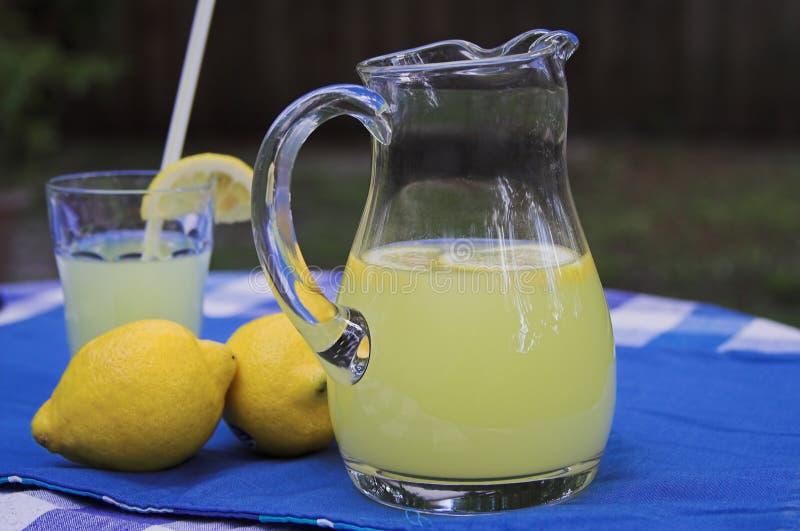 Limonade op lijst stock fotografie