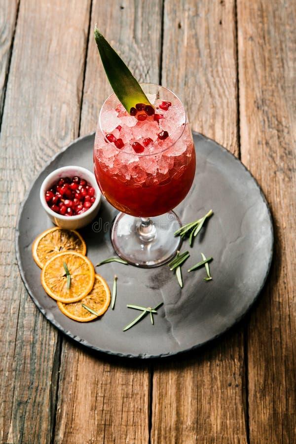 Limonade ou jus Boisson ou cocktail d'alcool Images pour le menu de barre ou de restaurant Boisson rouge avec le citron et les ba images stock