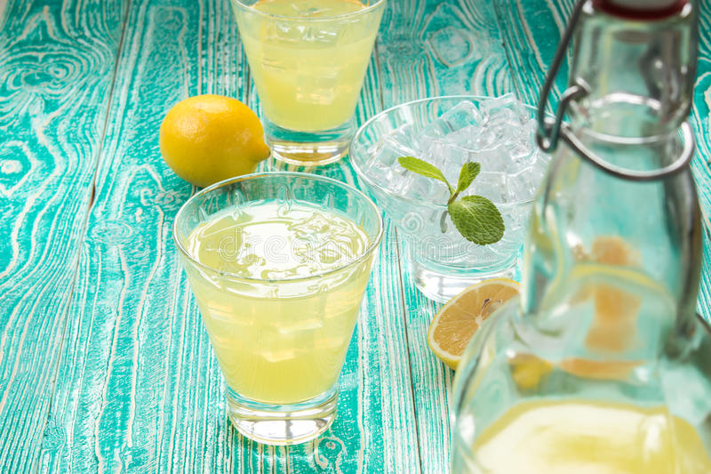 Limonade ou limoncello dans la bouteille de bouchon de joug photo libre de droits