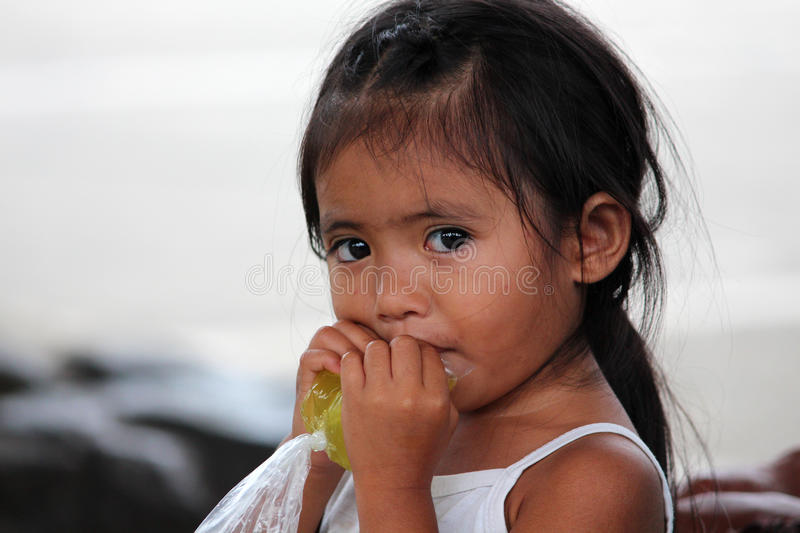 LIMONADE POTABLE PHILIPPINE de PETITE FILLE du SACHET EN PLASTIQUE, Philippines, île de Bohol photos stock