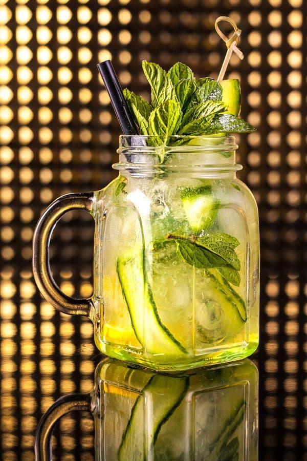 Limonade verte de macédoine de fruits avec le concombre frais dans le pot de cru photos stock