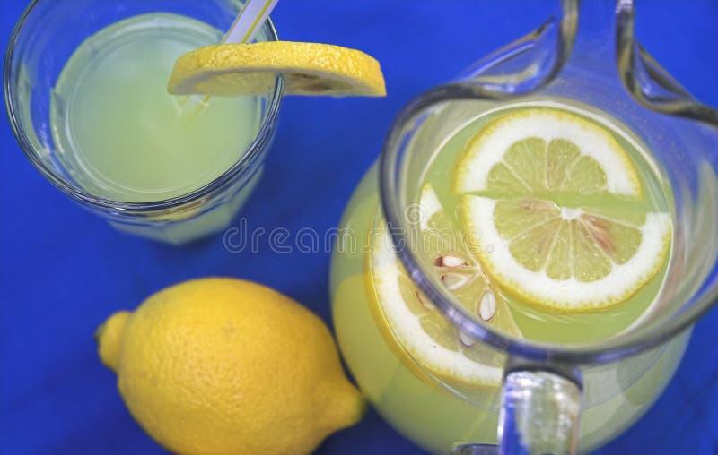 Limonade in waterkruik stock foto's